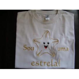 """T-shirt branca bordada """"Sou uma estrela"""""""