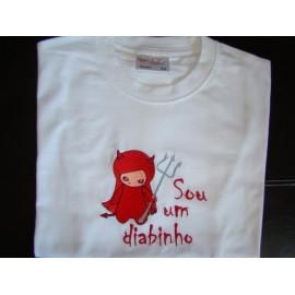 """T-shirt bordada """"Sou um diabinho"""""""