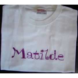 T-shirt com nome bordado (Matilde)